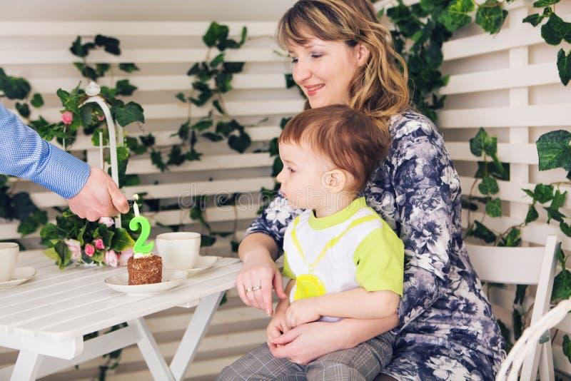 Begrepp för familj, för föräldraskap, för lycklig födelsedag och ferie- lyckliga föräldrar och barn på en tabell som dricker te o royaltyfri fotografi