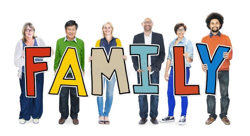 Begrepp för familj för grupp människorinnehavbokstav arkivbilder