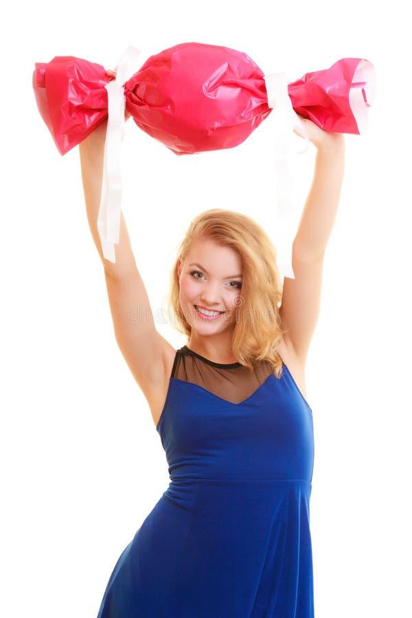 Begrepp för ferieförälskelselycka - flicka med den röda gåvan arkivfoto