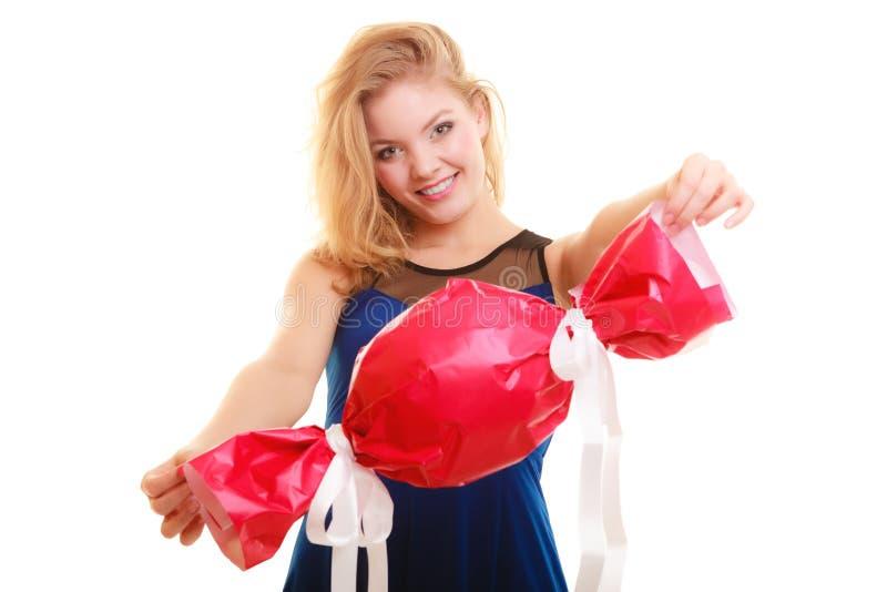 Begrepp för ferieförälskelselycka - flicka med den röda gåvan arkivbilder