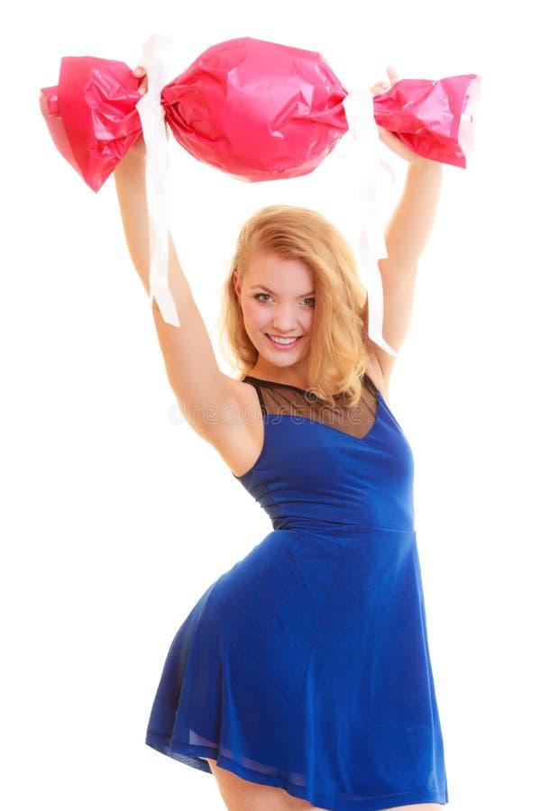 Begrepp för ferieförälskelselycka - flicka med den röda gåvan royaltyfri bild