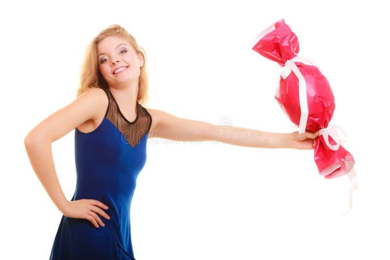 Begrepp för ferieförälskelselycka - flicka med den röda gåvan royaltyfria foton