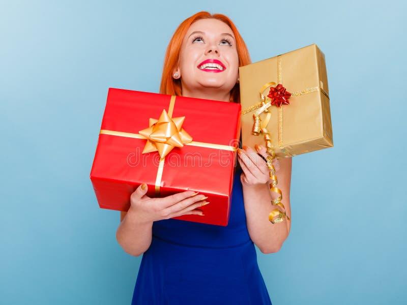 Begrepp för ferieförälskelselycka - flicka med gåvaaskar royaltyfri foto