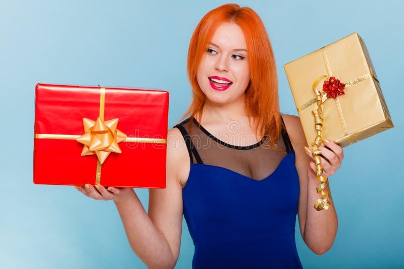 Begrepp för ferieförälskelselycka - flicka med gåvaaskar arkivfoton