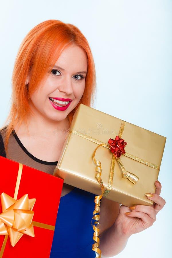 Begrepp för ferieförälskelselycka - flicka med gåvaaskar royaltyfri bild