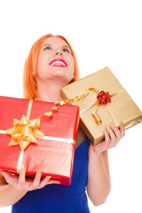 Begrepp för ferieförälskelselycka - flicka med gåvaaskar royaltyfria foton