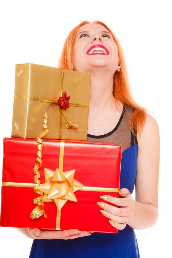 Begrepp för ferieförälskelselycka - flicka med gåvaaskar arkivbild