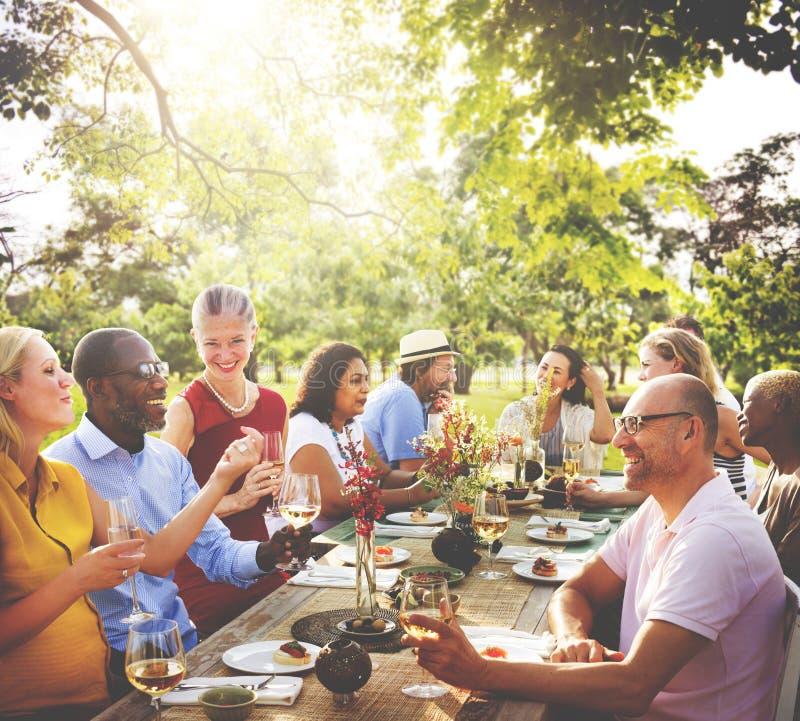 Begrepp för folk för vänkamratskap utomhus- äta middag fotografering för bildbyråer