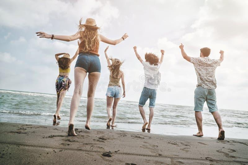 Begrepp för folk för hav för strandsommarferie royaltyfri bild