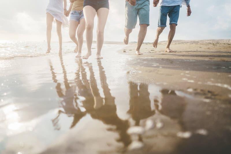 Begrepp för folk för hav för strandsommarferie arkivfoto