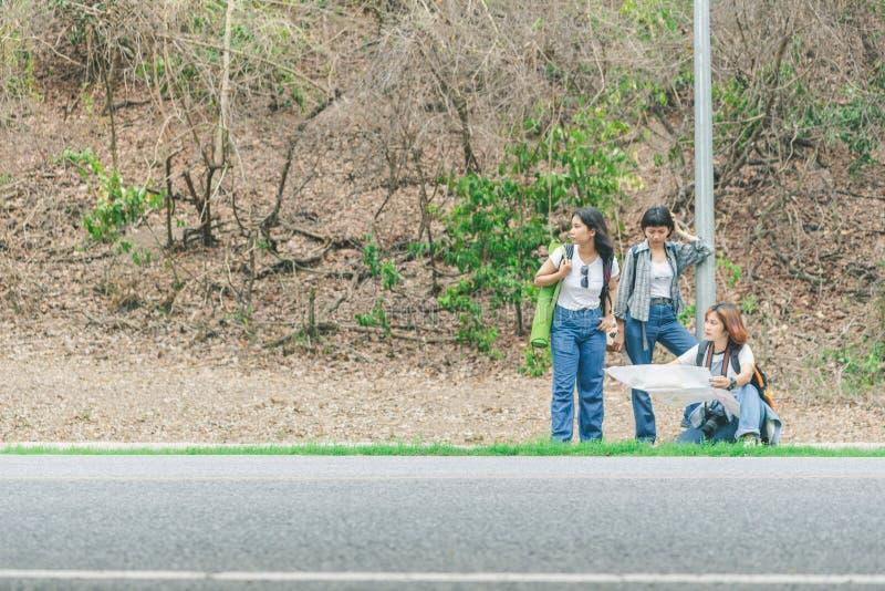 Begrepp för folk för vandring för affärsföretagloppturism tappningfotogrupp av att le vänner med ryggsäckar och översikter utomhu royaltyfri fotografi