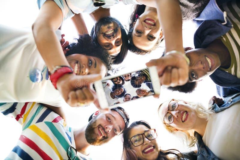 Begrepp för foto för högskolestudentteamwork talande royaltyfri foto
