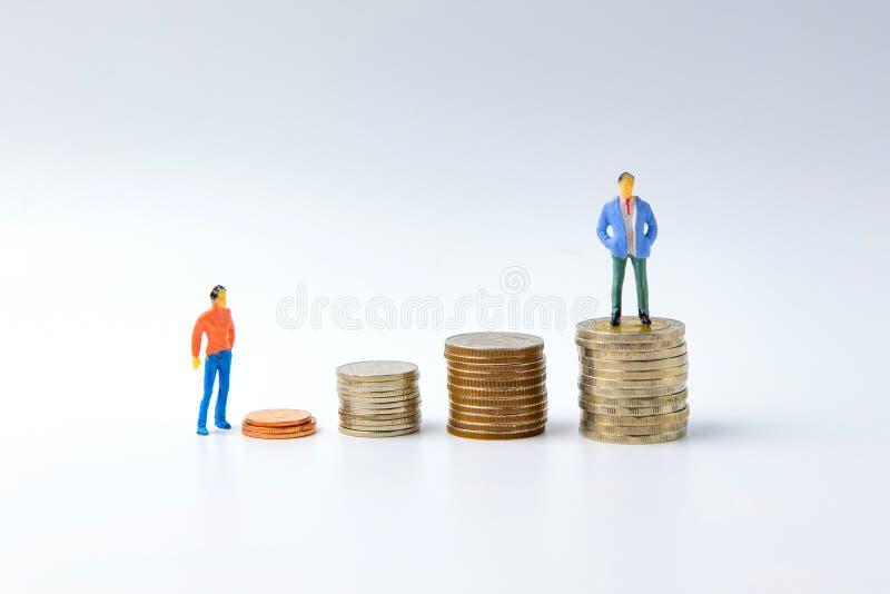 Begrepp för framgångstegeminiatyrfolk: Små och medelstora företagfigu arkivfoto