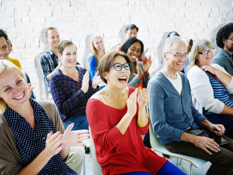 Begrepp för gemenskap för seminarium för etnicitetåhörarefolkmassa gladlynt royaltyfri bild