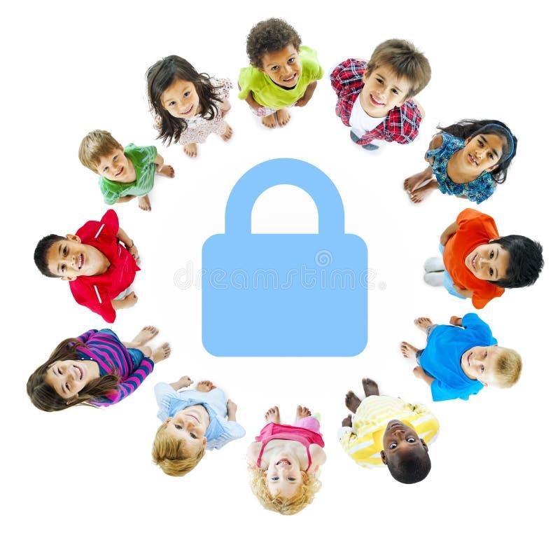 Begrepp för gladlynta ungar för barnsäkerhet skämtsamt royaltyfria foton