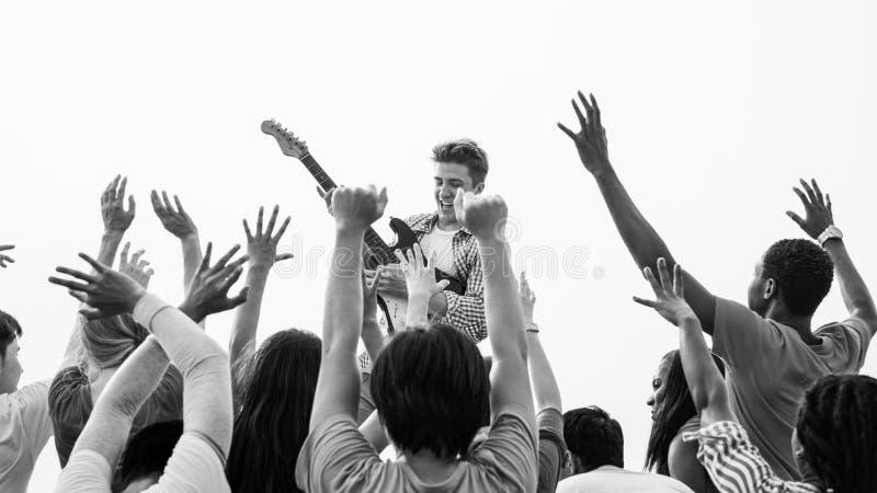 Begrepp för grupp för sammankomst för konsertgitarr glat lyckligt arkivfoto