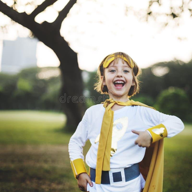 Begrepp för gullig lycka för Superheroflicka roligt skämtsamt royaltyfria bilder