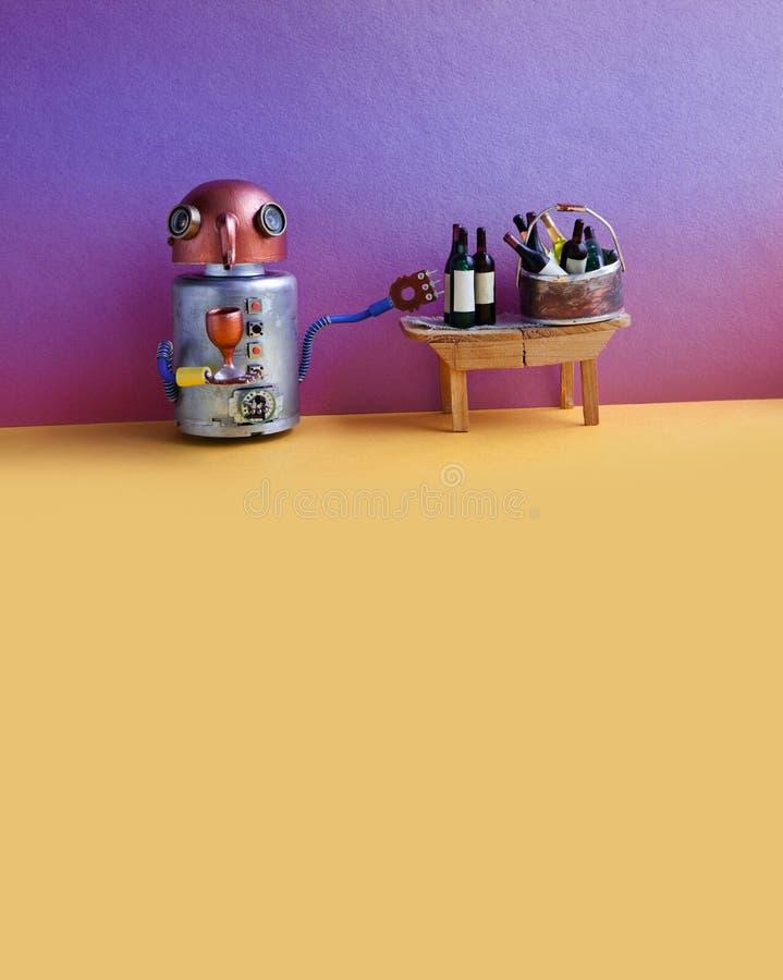 Begrepp för händelse för parti för vinstång Roligt robotalkoholdryckvin Trätabell, flaskor, purpurfärgad gul bakgrund kopia royaltyfri bild