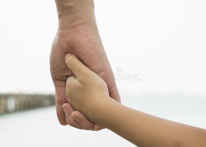 Begrepp för händer för hjärta för barnuppfostran för förälskelseförhållandeomsorg utomhus- royaltyfri fotografi