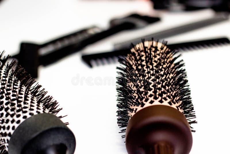 Begrepp för håromsorg Runda hårkammar arkivbild