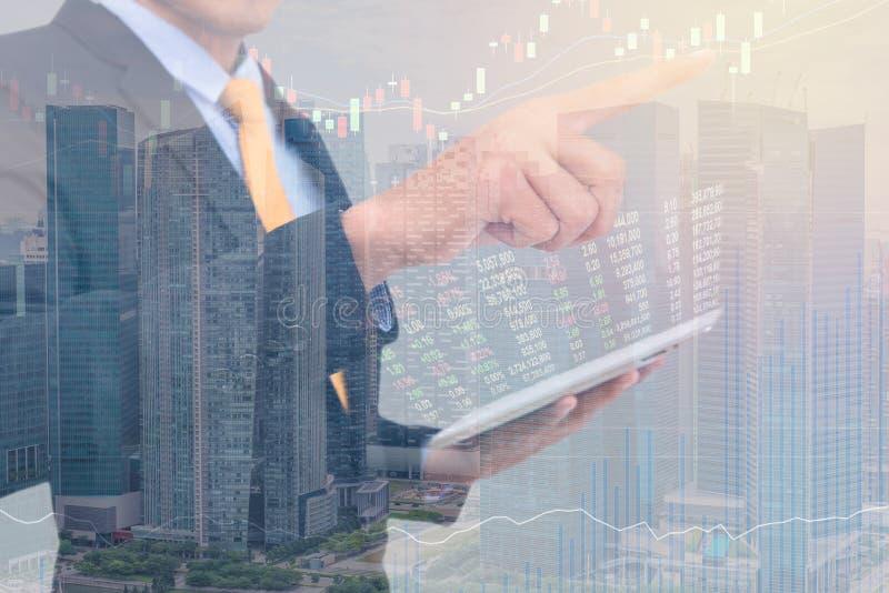 begrepp för handel för affärsman genom att använda minnestavlan med finansiell gra arkivfoto