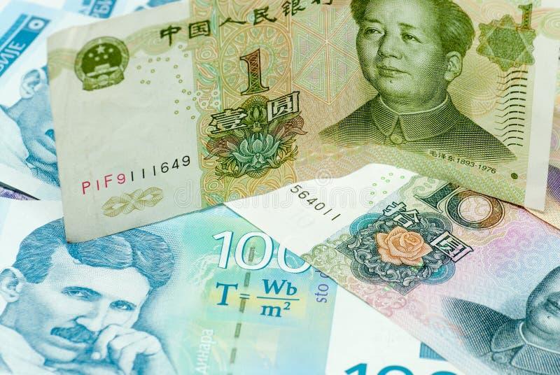 Begrepp för handel för olika serbiska dinarsedlar och för kinesiska yuanrenminbi sedlar internationellt royaltyfri foto