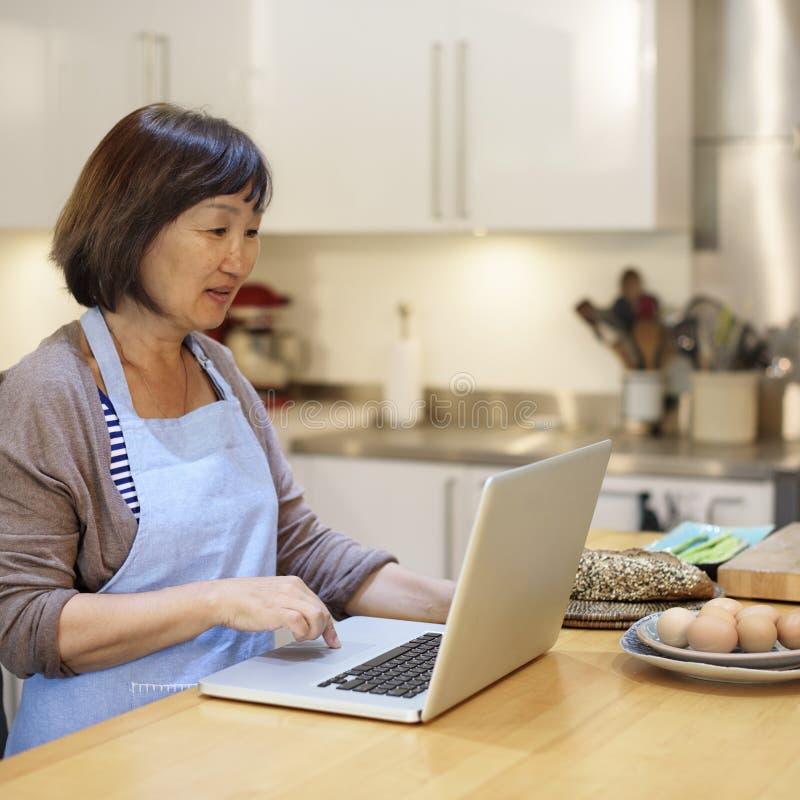 Begrepp för hemmafruSearching Preparing Menu bärbar dator arkivbilder