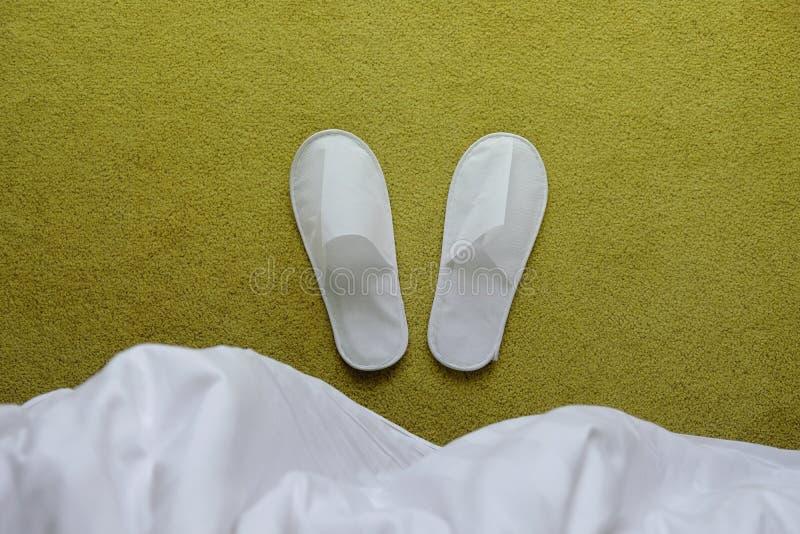 Begrepp för hotellservice Den vita häftklammermataren lägger på mattan i Bedro arkivfoton