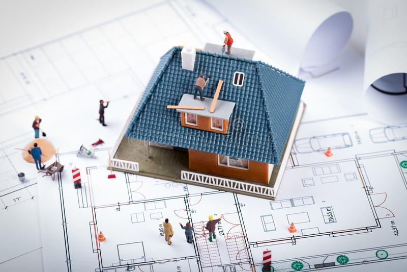 Begrepp för huskonstruktionsprojekt byggnadsskalamodell och wor royaltyfri fotografi