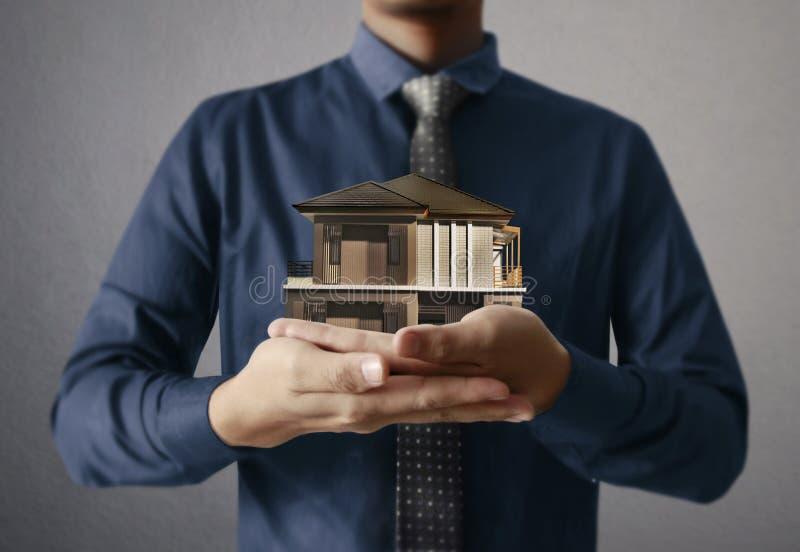 Begrepp för husmodellhus i hand arkivbild
