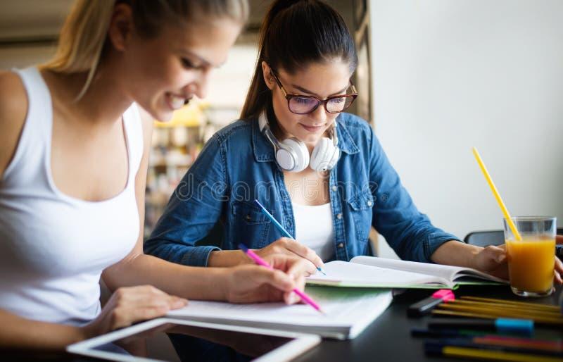 Begrepp för idéer för teamwork för lycka för mångfaldstudentvänner arkivfoton