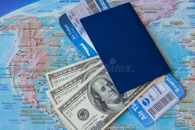 Begrepp för internationellt lopp: Pass biljetter, pengar på översikten fotografering för bildbyråer