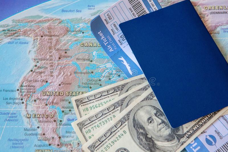 Begrepp för internationellt lopp: Pass biljetter, pengar på översikten arkivbilder