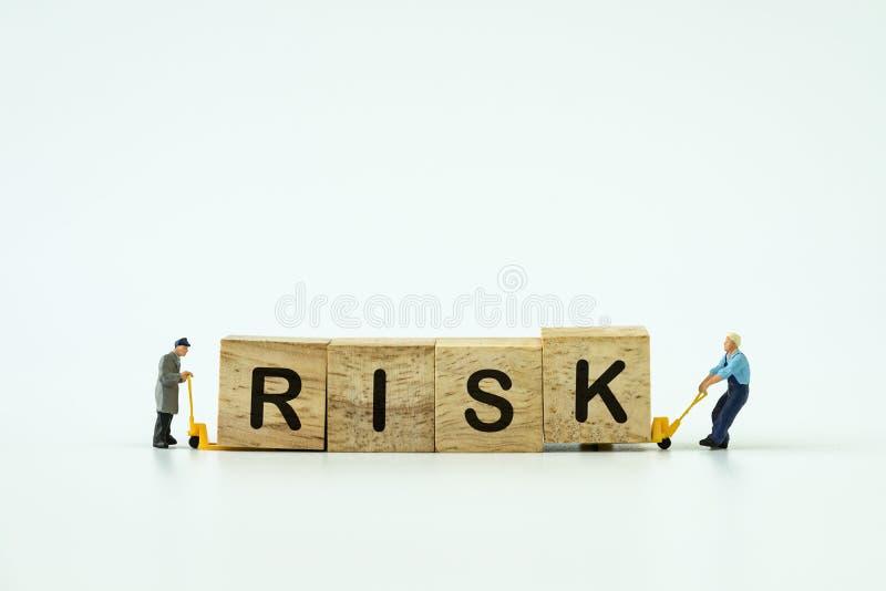 Begrepp för Investement riskledning med små miniatyrarbetare royaltyfri foto