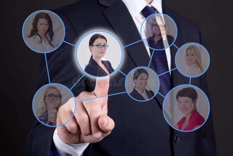 Begrepp för jobbsökande - affärsman som trycker på knappar med folk p royaltyfria foton