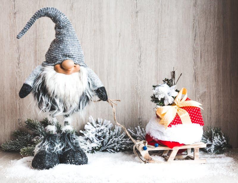 Begrepp för jul eller för nytt år Julgnom med gåvor på släden royaltyfria bilder