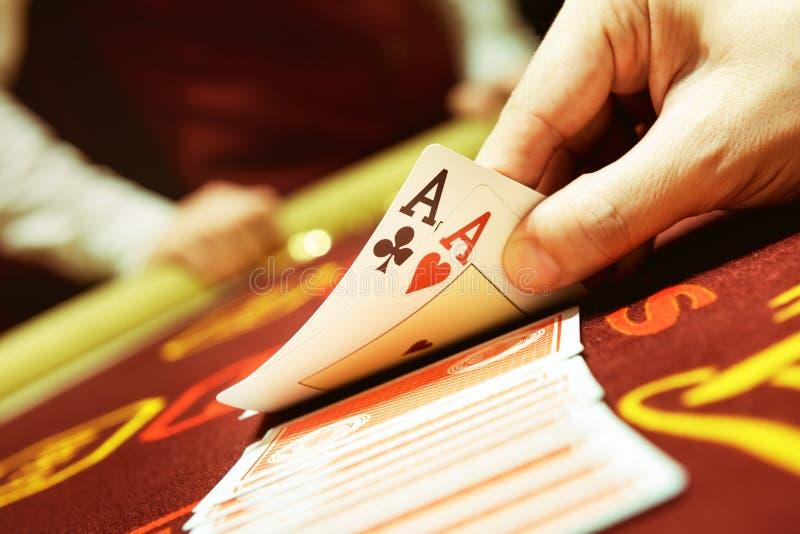 Begrepp för kasino för framgång för hand för pokerkortöverdängare arkivfoto
