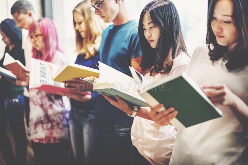 Begrepp för klasskompis för information om läsebokkunskap arkivfoton