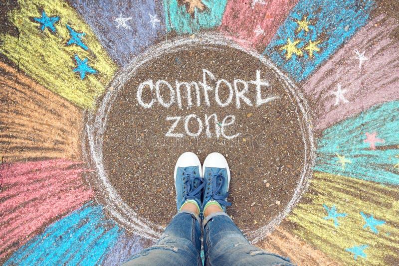 Begrepp för komfortzon Fot som står den inre cirkeln för komfortzon royaltyfria bilder