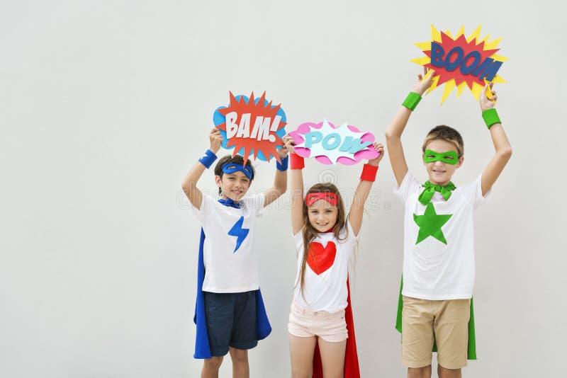 Begrepp för komiker för bubbla för Superheroesungedräkt royaltyfria bilder