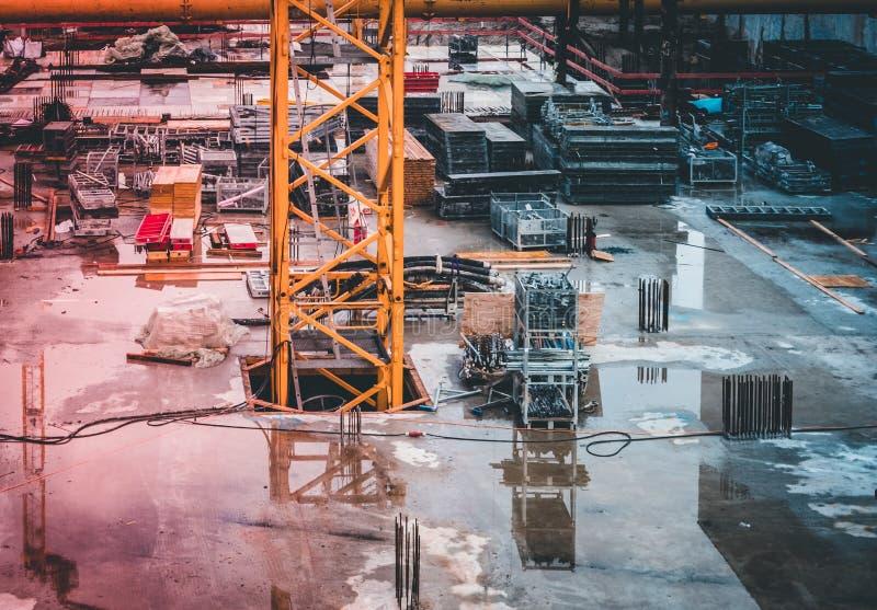Begrepp för konstruktionsplats - underjordisk bilparkering under konstruktion fotografering för bildbyråer