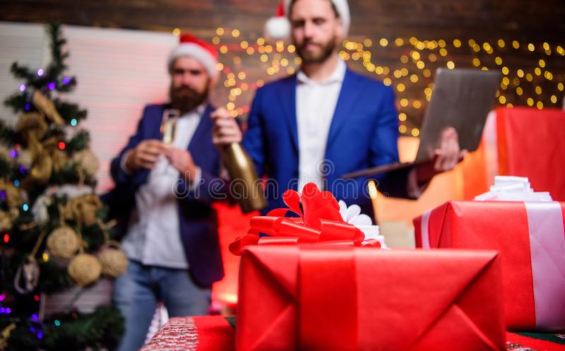 Begrepp för kontorsparti företags nytt deltagareår Affärsfolket dricker champagne på partiet Kollegor firar företags arkivbilder
