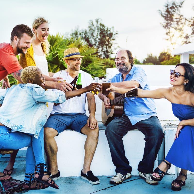 Begrepp för kust för strand för beröm för partikamratskapdrinkar utomhus- royaltyfria foton