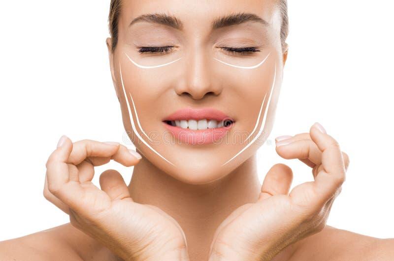 Begrepp för kvinna för skincare för behandling för framsidaelevator anti-åldras Kvinna som trycker på framsidan med lyftande linj arkivfoto