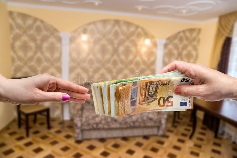 Begrepp för lägenhethyraavtal, händer med pengar arkivbilder