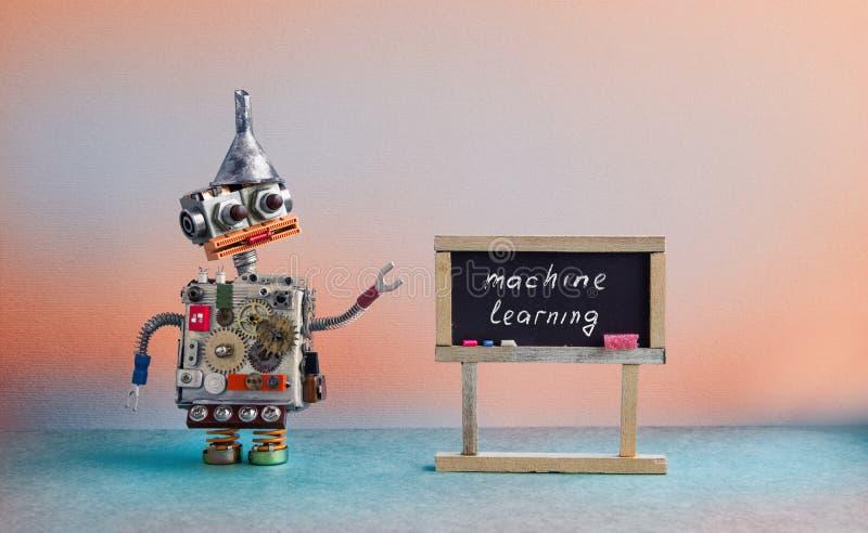 Begrepp för lära för maskin För designleksaken för roboten förser med kuggar den idérika hopperen för tratt för metall, den metal royaltyfri bild