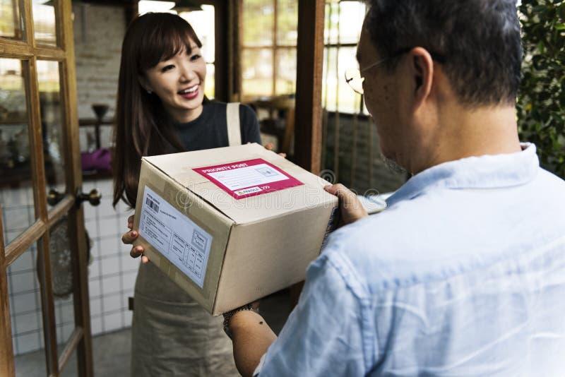 Begrepp för leveranskurirFreight Package Shipment låda royaltyfri foto