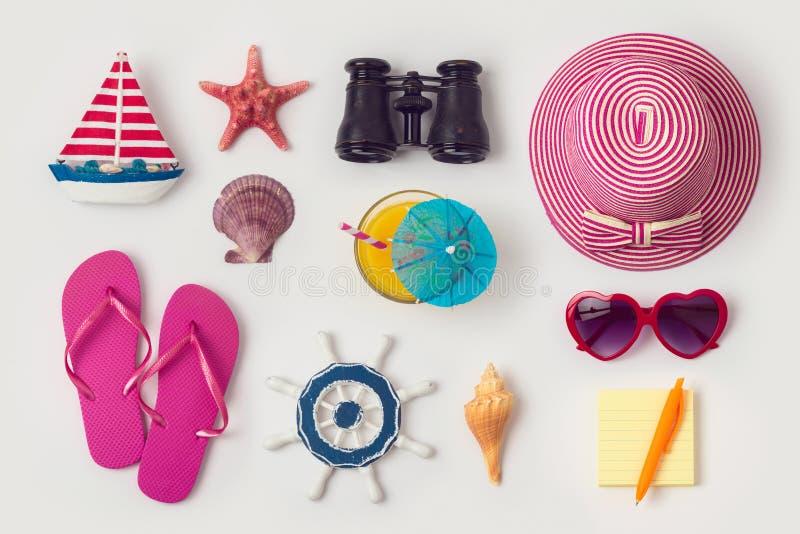 Begrepp för loppferiesemester med strand- och loppobjektorga royaltyfria bilder