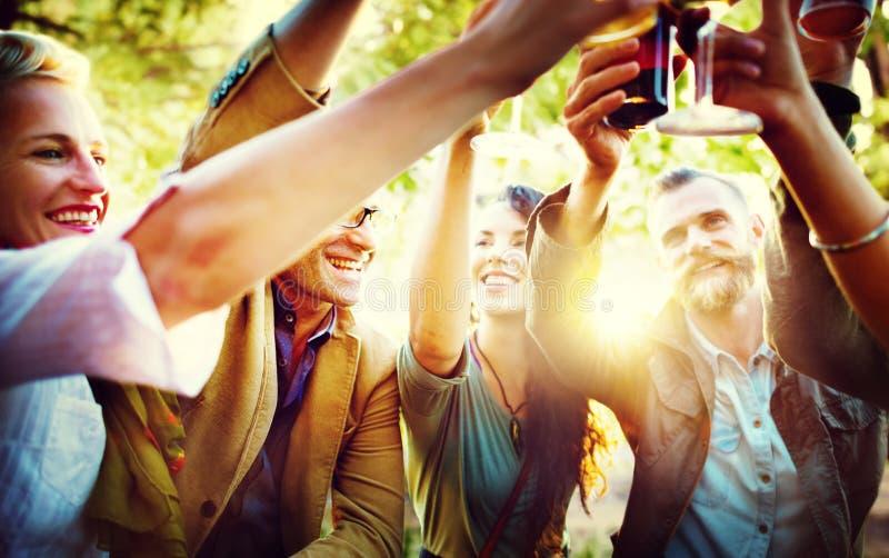 Begrepp för lycka för beröm för vänparti utomhus royaltyfria bilder