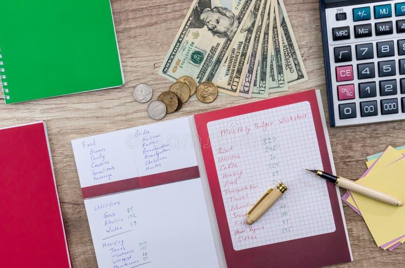 Begrepp 'för månatlig budgetplanläggning 'på trätabellen arkivfoto